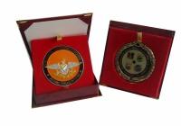 etui z możliwością ekspozycji medalu oraz etui typu holder