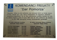 tablica-pamiatkowa-komendantow-fregaty-dar-pomorza
